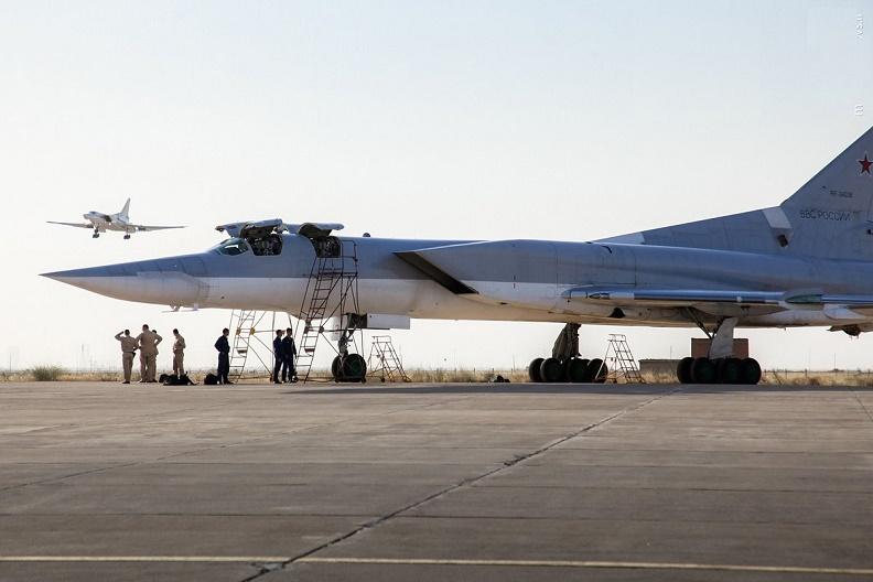 استقرار چند فروند هواپیمای بمب افکن استراتژیک تی یو 22 روسیه در پایگاه هوایی شهید نوژه همدان+عکس